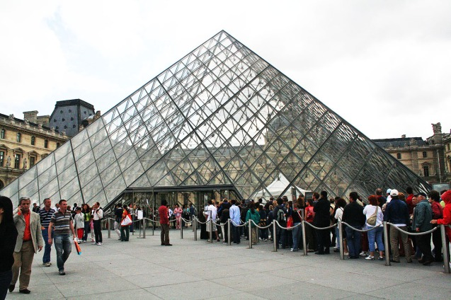 Perbandingan: Mussee du Louvre di siang hari