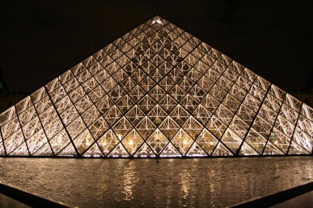 Mussee du Louvre di waktu malam