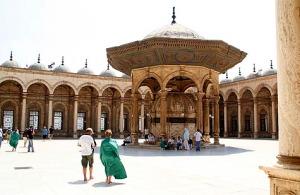 Halaman dalam Mesjid (klik untuk ukuran foto lebih besar)