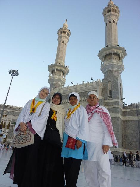 Berfoto bersama segera setelah tiba di Masjidil Haram