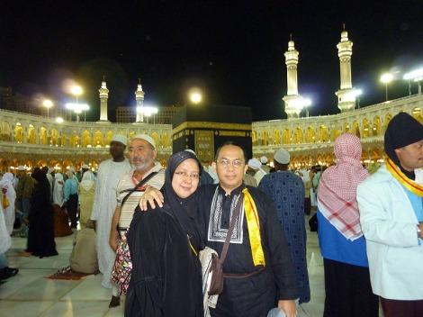 Saya beserta istri berfoto di sekitar Kabah setelah Tawaf Wada