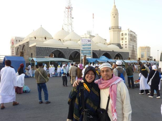 Saya dan istri di depan Masjid al-Ghamamah