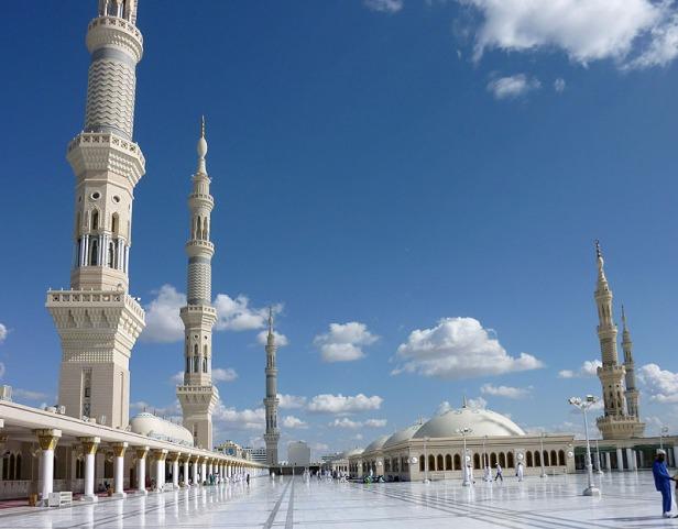 Suasana Lantai Atas Masjid Nabawi dengan Langit Biru Berawan