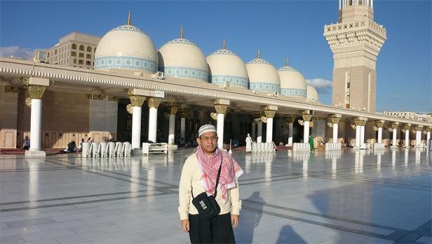 Berfoto di dekat deretan Kubah yang biasa tampak kecil dari luar Masjid