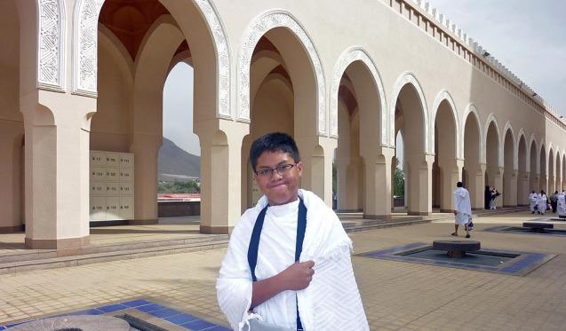 Muhammad Zhafran Arman, anak bungsu saya, di Masjid Bir Ali, tempat Miqot untuk memulai Umroh