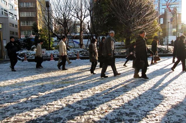 Indahnya bayangan manusia di atas salju...