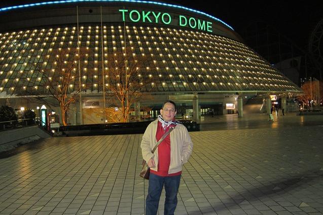 Berfoto di depan stadion Tokyo Dome