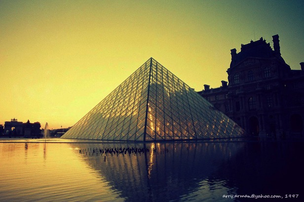 Matahari terbenam (jam 10 malam) di Louvre, 1997