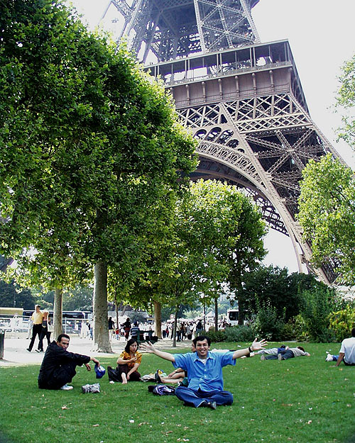 Santai di taman sekitar Menara Eiffel (2000)