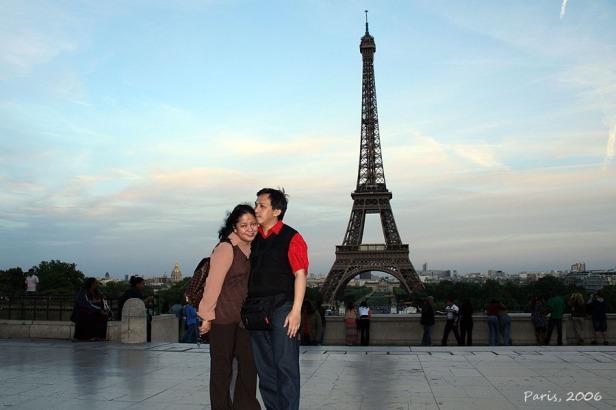 Saya beserta istri di Trocadero dengan Menara Eiffel di kejauhan (2006)