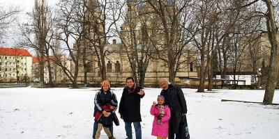 Berfoto Bersama di Hamparan Salju