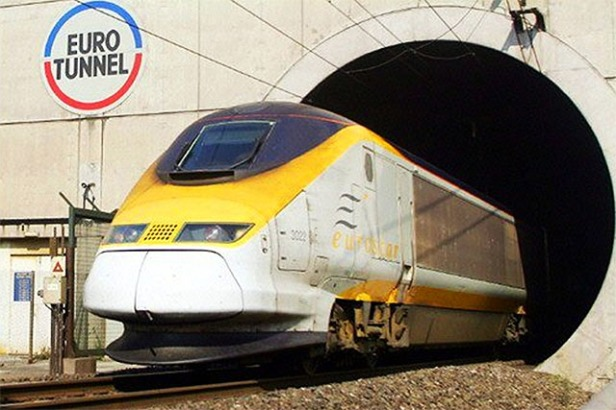 Kereta Eurostar keluar dari terowongan bawah laut