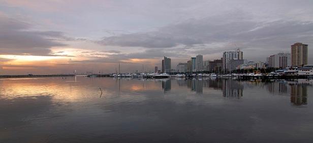Pemandangan ke Arah Kota pada saat Sunset di Manila Bay