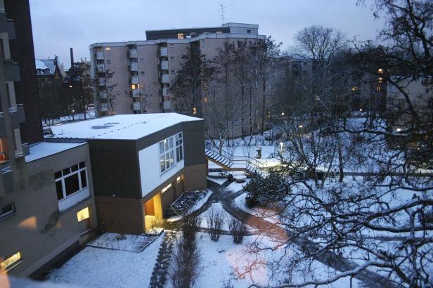Dini hari, ketika petugas sudah membersihkan salju untuk pejalan kaki (pemandangan dari jendela kamar)