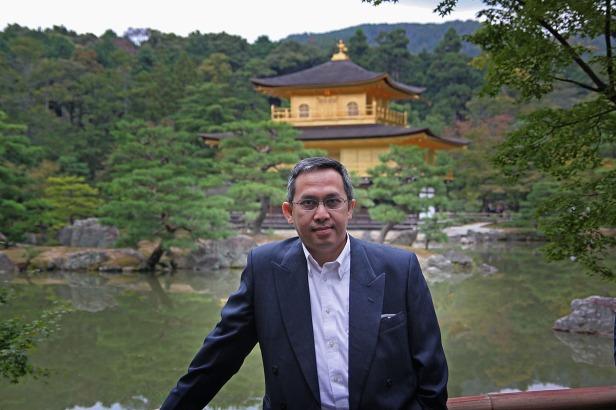 Berfoto di depan Kinkaku-ji