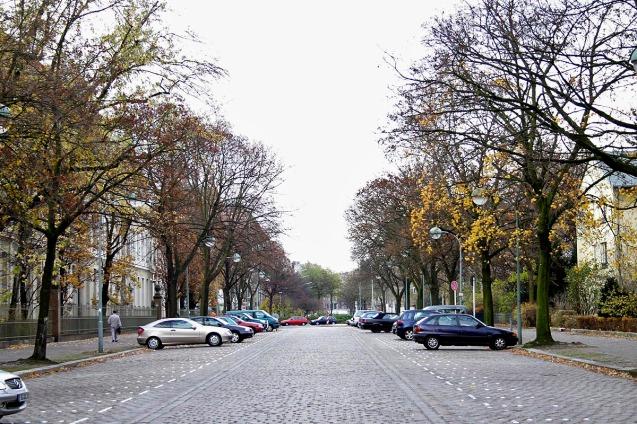 Jalan kaki menyusur jalan ini untuk mencari lokasi apartemen