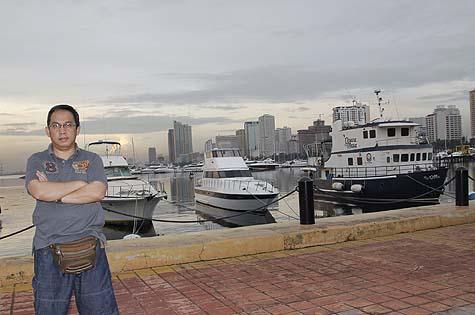Bergaya di Manila Bay (menggunakan tripod)