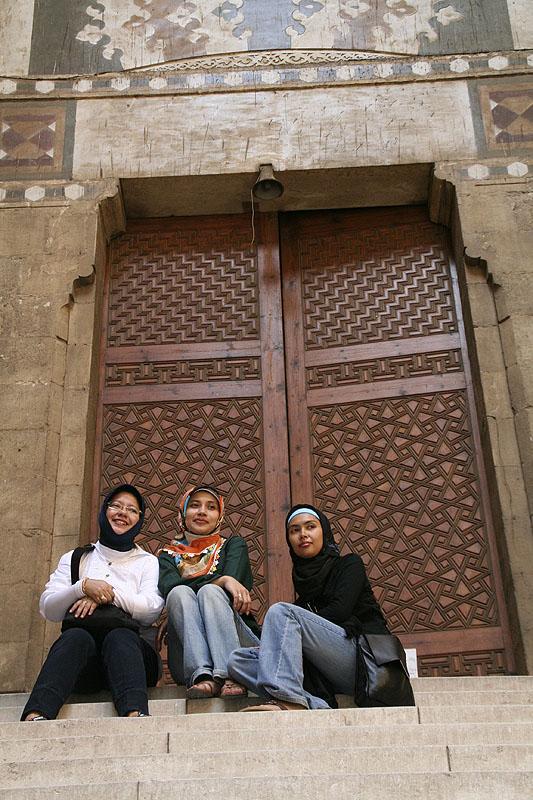 Berfoto di depan Pintu Masjid