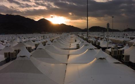 Matahari Terbit dari Balik Bukit Menyinari Lautan Tenda di Mina