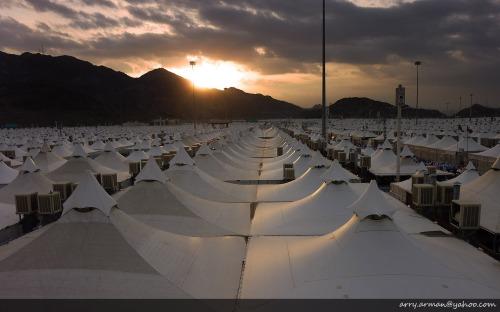 Matahari Terbit dari Balik Bukti Menyinari Lautan Tenda Jamaah Haji di Mina