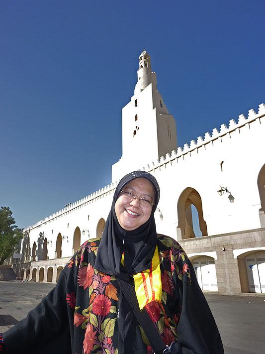 Istri saya berfoto di depan Masjid