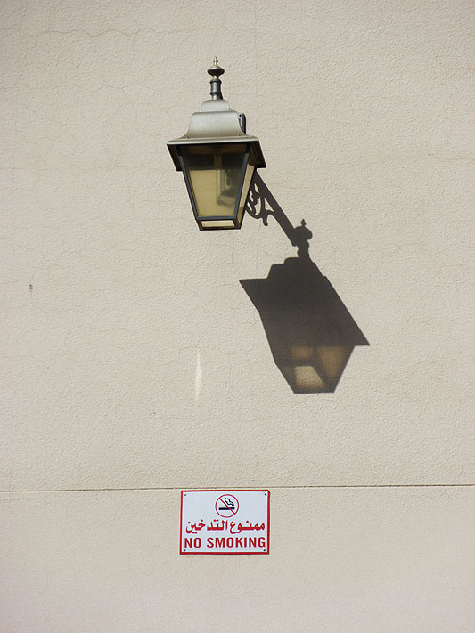 Lampu-lampu di dinding Masjid