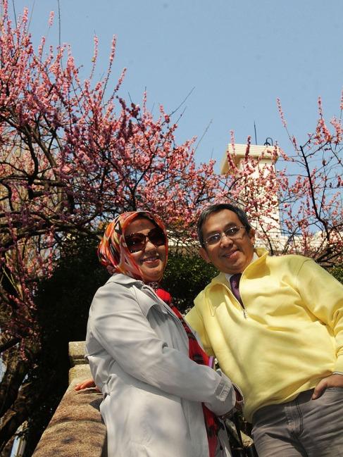 Foto berdua di Ueno Park, dengan Latar Belakang Pohon Plum